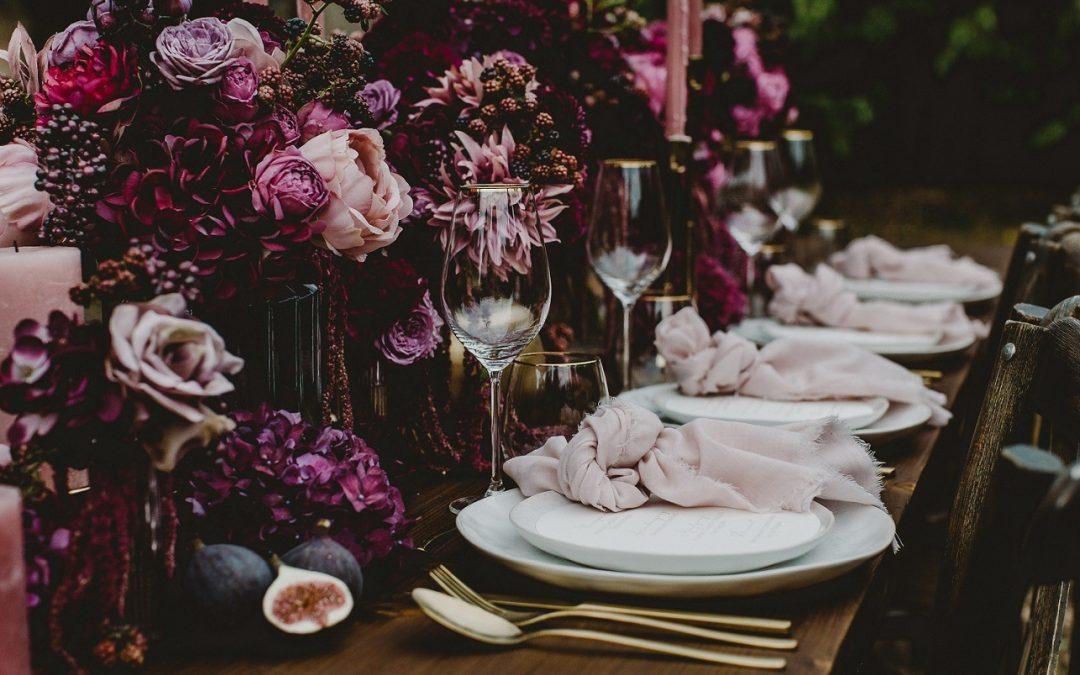 Hochzeitsdeko in Burgunderfarbe